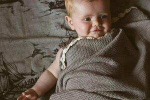 Babydecke aus kuscheliger Biobaumwolle, antikgrau mit naturfarbener Häkelbordüre - Baby Paul's