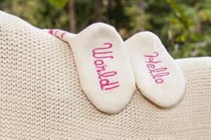 Kuschelset: Babydecke aus weicher Biobaumwolle mit pinkfarbener Häkelbordüre + Hello World!-Söckchen - Baby Paul's