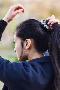 """Scrunchie """"LINDA"""" aus Stoffresten, Haargummie, Haarband, handgefertigt in Lateinamerika - Nata Y Limón"""