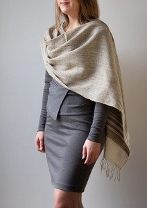 Handgewebter Schal aus Bio Seide / Peace Silk im zarten Grau Grün - Raani