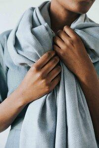 Weicher Baumwollschal SAMIRA handgewebt mit dezenter Musterung - Jyoti - Fair Works
