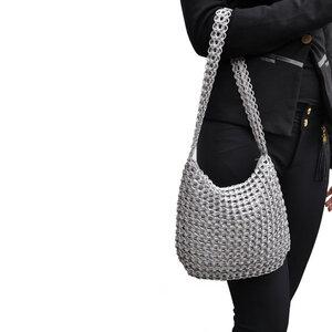Lucinda, mittelgroße Handtasche aus recycelten Dosenringen - MoreThanHip