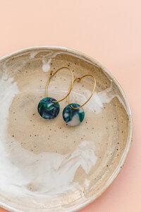 Creole 'LAGUNE' aus Messing in blau und grün - ALMA -Faire Streetwear & Schmuck-