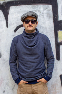 Pullover mit besonderem Kragen - Kollateralschaden