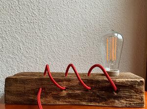 Stehlampe auf antikem Balken - b.y.r.d.