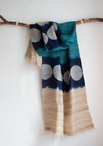 Handgewebter langer Seidenschal aus Peace Silk / Wildseide türkis blau Batik Dots - Meer - Raani