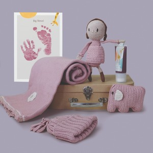 Handgemacht und herzgedachtes Neugeborenen Geschenkset mit fair Trade Spielsachen und Hand und Fuß Stempelspaß - Pebble