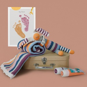 Gestreiftes Neugeborenen Geschenkset mit fair Trade Spielsachen und Hand und Fuß Stempelspaß - Pebble
