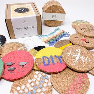 DIY - Korkuntersetzer, rund, 10er-Set, mit 7 Stück Baumwollgarn – Geschenkidee Frauen, basteln Mädchen, Bastelset Kinder, kreative Geschenke - PepMelon
