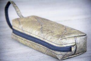 Kosmetik-Tasche / Federmappe aus recycelten Blättern, mit Riemen, Etui handmade und vegan (schwarz /grau) - BY COPALA