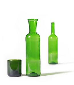Grüne Upcycling Glaskaraffe aus Bordeauxflasche mit Becher - SAMESAME