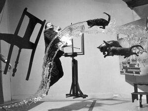 Salvador Dalí mit fliegenden Katzen - Poster von Vintage Collection - Photocircle