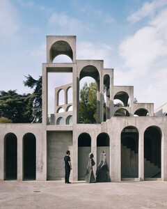 Facing the sculpture - Poster von Roc Isern - Photocircle