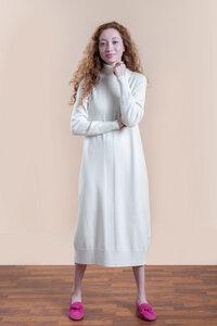 Oversized Strickkleid mit geripptem Rollkragen in weiß aus Merinowolle - t7berlin