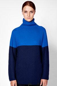 Pullover in blau aus 100% extrafeiner Merinowolle mit Stehkragen - t7berlin
