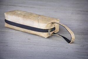 Kosmetik-Tasche / Federmappe aus recycelten Blättern, mit Riemen, Etui handmade und vegan (Nature) - BY COPALA