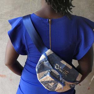 Bauchtasche   recycelt aus Zementsäcken mit extra Außenfach in verschiedenen Farben in Größe L - Nyuzi Blackwhite