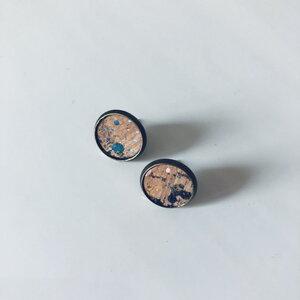 Ohrstecker aus Kork mit bunten Korkblättchen in verschiedenen Metallen - Living in Kork