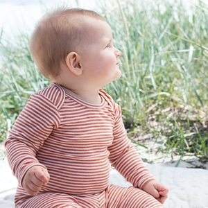 Gestreifter Baby Body - Brick - Serendipity