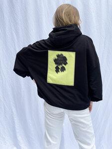 schwarzer Hoodie mit Rückenaufnäher - noemvri fashion label