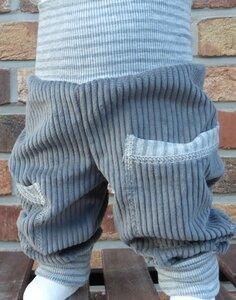 Kinder-/Baby-Mitwachshose aus grauem Breitcord mit Taschen  - Omilich