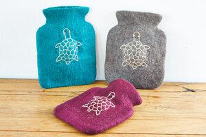 Wärmflasche für Kinder mit Schildkröte aus Schurwolle (Merino), lila, petrol oder natur - feelz