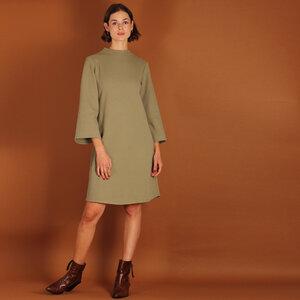 Stehkragenkleid Seyda aus einem Waffelstoff in olive oder sand - ManduTrap
