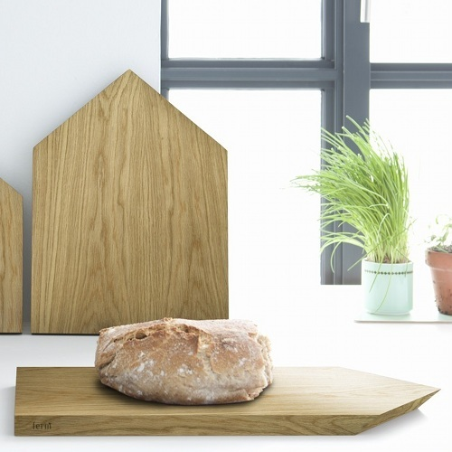 ferm living holz schneidebrett house in hausform avocadostore. Black Bedroom Furniture Sets. Home Design Ideas