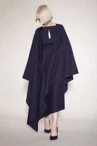 schlichtes, elegantes Cape aus reiner Bio-Wolle in dunkelblau - Natascha von Hirschhausen