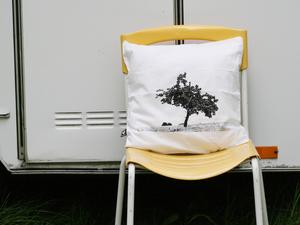 Bio-Kissenbezug 'Apfelbaum' weiß mit schwarzem Druck 40*40 cm - Hirschkind