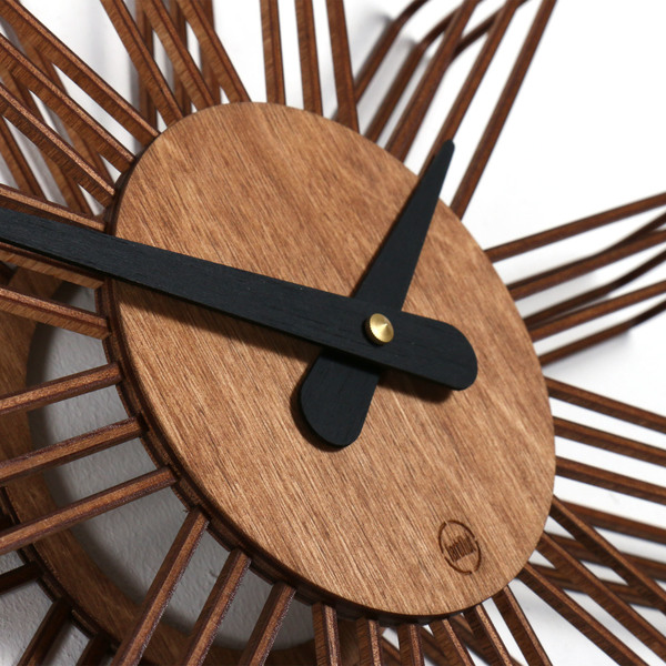 farbflut design design wanduhr estrella aus holz avocadostore. Black Bedroom Furniture Sets. Home Design Ideas