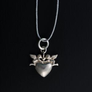 Unikat: Anhänger Herz mit zwei Engelchen 925 Silber mit Fadenkettchen hellgrau - längenverstellbar  - MishMish by WearPositive