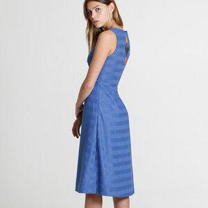 Kleid Juhlapaikka blau mit V-Ausschnitt - TAUKO