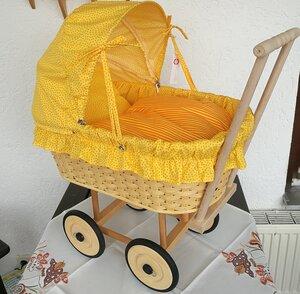 Korbpuppenwagen groß geflochten mit Faltdach und Bettzeug sonnengelb - Diakonie Neudettelsau