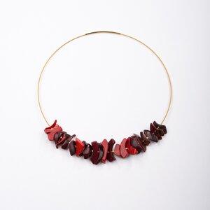 """Halsreif """"Feuerlauf"""", rote Tagua-Splitter, Steckverschluss, vergoldet - steinfarben"""