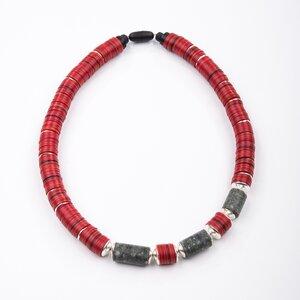 Schlangencollier 'Ka', rotes Bakelit, Granit aus dem Gotthardmassiv - steinfarben