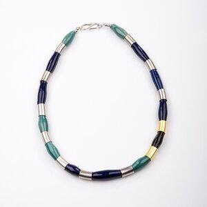 """Collier """"Kaira"""", blaue und grüne Kazuri-Keramik mit Messing-Zylindern - steinfarben"""