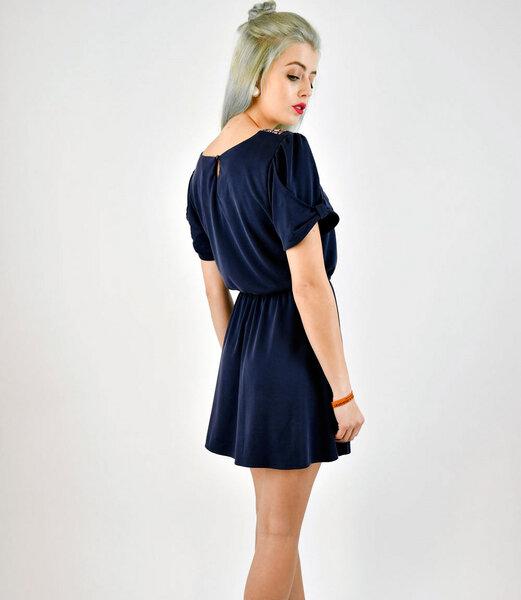 kurzes blaues kleid aus weichem modal mit bl mchenkragen. Black Bedroom Furniture Sets. Home Design Ideas