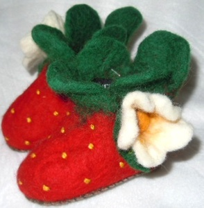 Erdbeer Filz Hausschuhe für Kinder handgefilzt  aus 100% Schafswolle - short'n'pietz