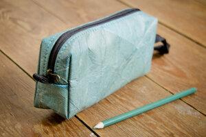 Kosmetik Tasche Federmappe in Blau aus recycelten Blättern - By Copala