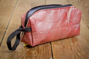 Kosmetik Tasche Federmappe in Rot aus recycelten Blättern - By Copala
