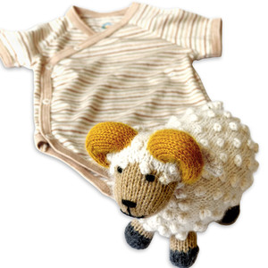 Baby Geschenk-Set Schafbock und Bio Wickelbody - Mama Ocllo