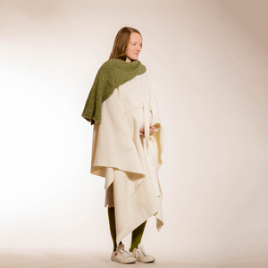 schlichtes, weißes Cape aus reiner Bio-Wolle - Natascha von Hirschhausen