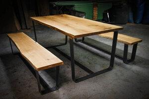 handgefertigter Tisch und Sitzbänke aus Alteichenholz mit Nussbaumholz-Schmetterlingsverbindungen - Hardman Design & Build