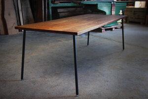 großer Esstisch aus Alteichenholz auf einstellbaren Stahlstangenbeinen - Hardman Design & Build