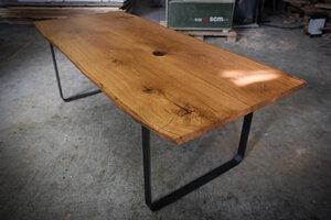 Tisch aus dunklem Eichenholz auf Stahlrahmenbeinen - Hardman Design & Build