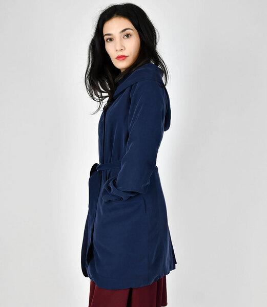 Blauer mantel kapuze