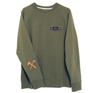 Olivgrun Rundhals Sweater mit Club&Axe emblem auf unterarm - The Driftwood Tales