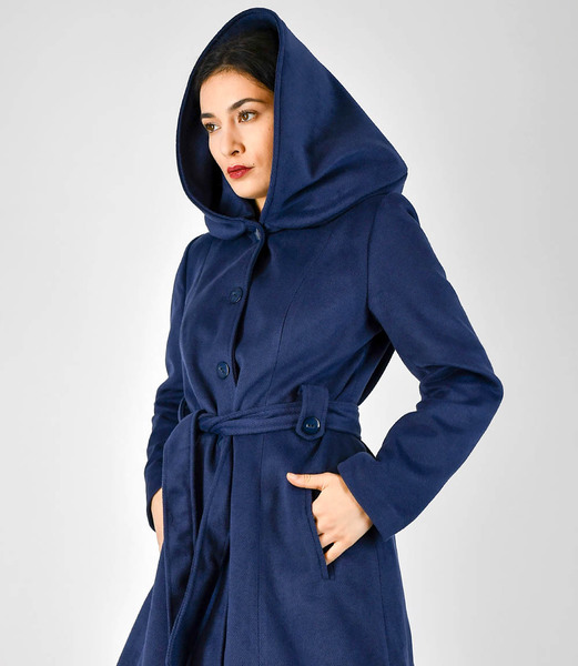 fr ulein stachelbeere blauer mantel mit gro er kapuze. Black Bedroom Furniture Sets. Home Design Ideas