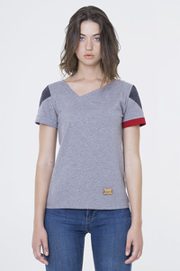 Kato - T-Shirt mit asymmetrischen V-Ausschnitt  - Fabbrikka